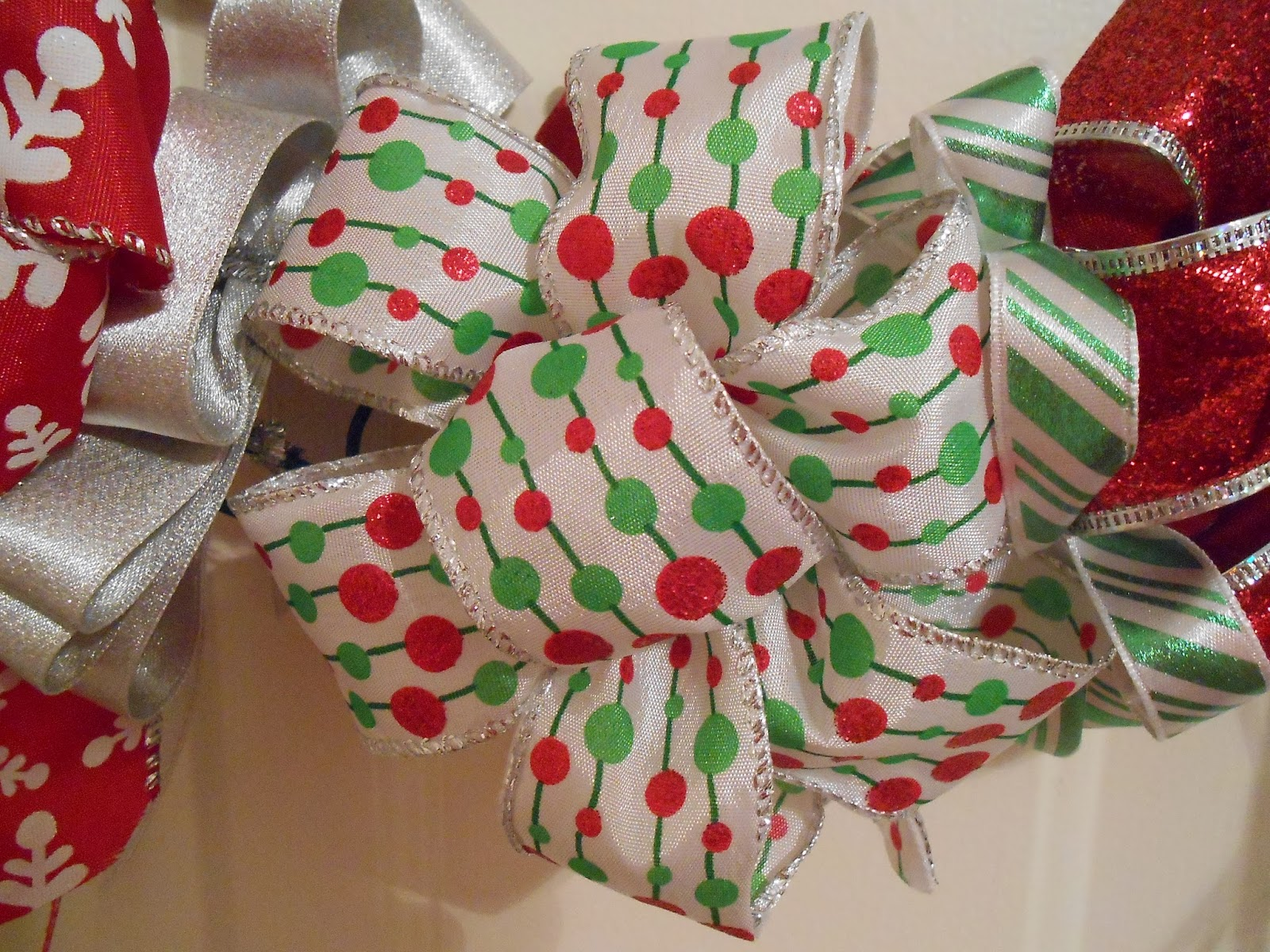 Christmas bow wreath delish dishes from michele i know some people have bow makers they use but honestly making them yourself makes you feel so accomplished but choose to do it however you like solutioingenieria Choice Image